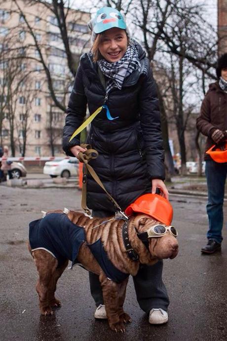 Ірена Карпа прийшла на акцію з собакою Кармою, яка теж була вдягнена не за законом:  в окулярах та касці.