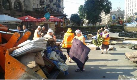 """На Майдані """"толока"""": прибирають барикади, сутичок із залишенцями немає 4"""