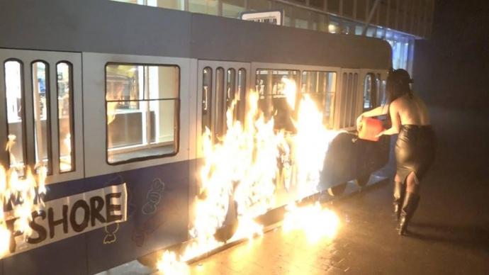 Активистка Femen подожгла игрушечный трамвайчик умагазина Roshen вВиннице