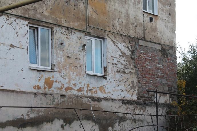 В 2014-му році два будинки на Нарвській підлатали нашвидкуруч. В таких умовах люди живуть досі