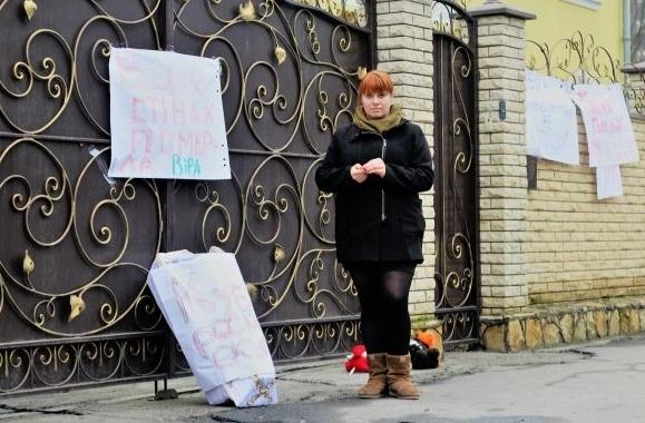 На паркані Вінницької єпархії УПЦ МП повісили плакати, біля нього поклали іграшки і труну з написом
