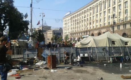 """На Майдані """"толока"""": прибирають барикади, сутичок із залишенцями немає 6"""