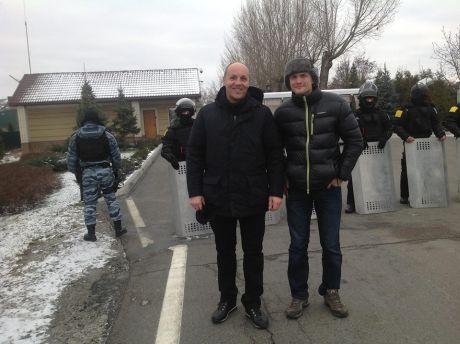 Андрій Парубій та Ігор Луценко біля Межигіря. Фото Парубія