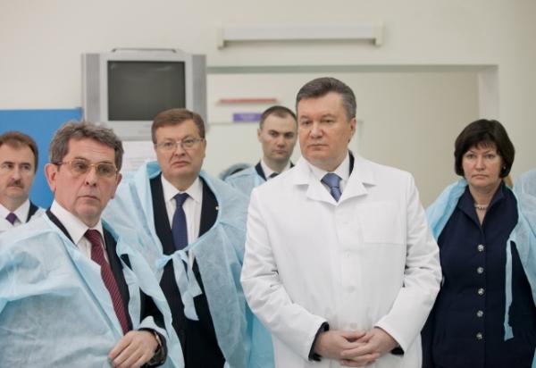 Янукович у медичному центрі дитячої кардіології та кардіохірургії. Саме під час путчу