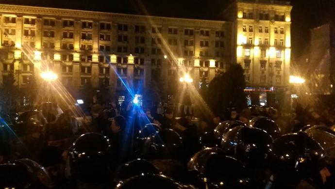 На Майдан невідомі у камуфляжі намагалися пронести намети, поліція завадила.