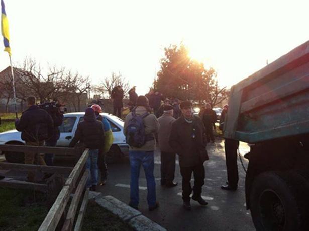 Дорогу колоні Автомайдану перекрили КамАЗами. Фото з Facebook Yurij Shubin