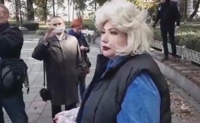Жінка зоголеними грудьми привітала Путіна зднем народження уцентрі Києва