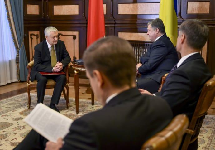 П.Порошенко принял верительные грамоты упослов Ирака иАзербайджана