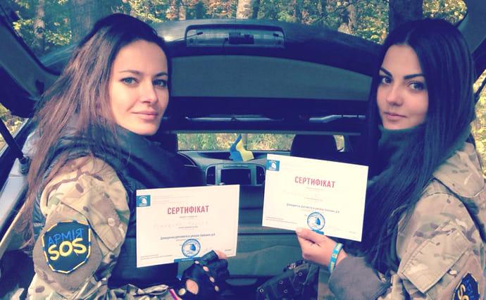 Участницы волонтерского движения АРМІЯ SOS Марина Комарова и Алина Михайлова