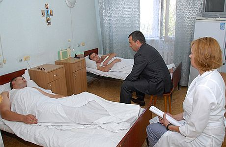 Захарченко посетил пострадавших при штурме киевских милиционеров. фото МВД