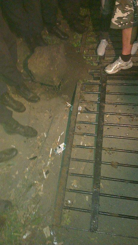 Поваленный забор Святошинского РОВД. Фото: Андрей Ковалев
