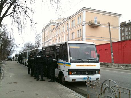 На вулиці Толстова ще 5 автобусів з Беркутом. Фото Оксани Коваленко, УП