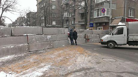 Інститутська, блоки на дорозі. Фото Денисової