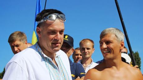 Тягнибок із соратниками перепливли Дніпро. Фото прес-служби Свободи
