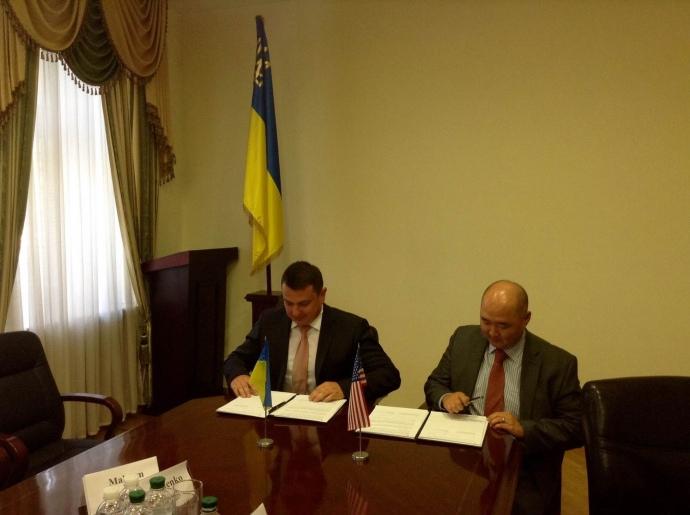 Директор НАБУ Артем Сытник и заведующий сектором ФБР Мэтью Мун подписывают меморандум о взаимодействии