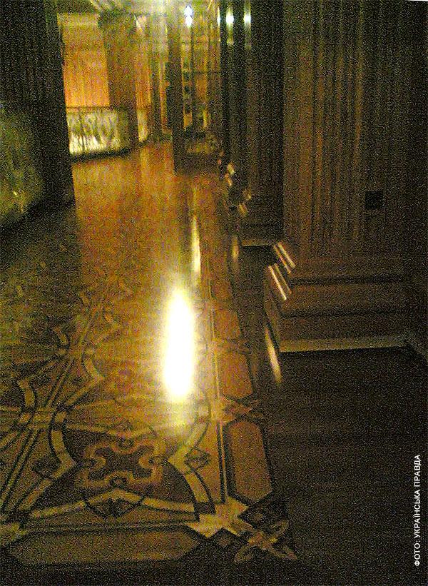 Во дворце Януковича есть рыцарский зал, кинотеатр и золотой иконостас   096aa8c honka05