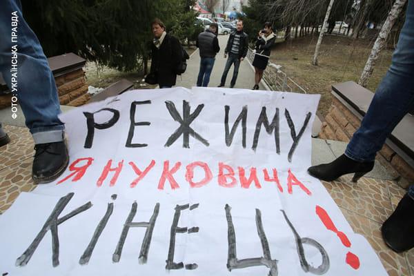 Такі плкати видно з вікон Вишгородської прокуратури