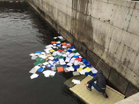 Активісти дістають з води в Межигірї частину документів, схожих на чорну бухгалтерію Сімї.  Фото Оксаны Коваленко.