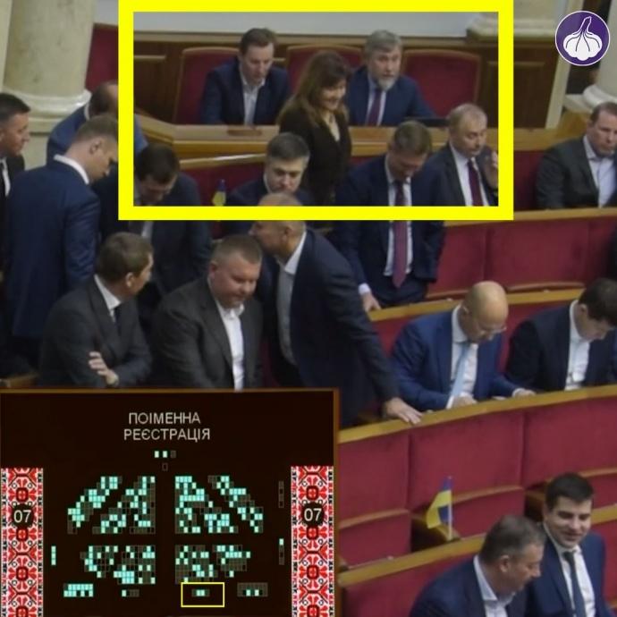 """На табло системи """"Рада"""" (внизу ліворуч) видно, що Новинський та Шпенов тиснуть на кнопки на своїх робочих місцях"""