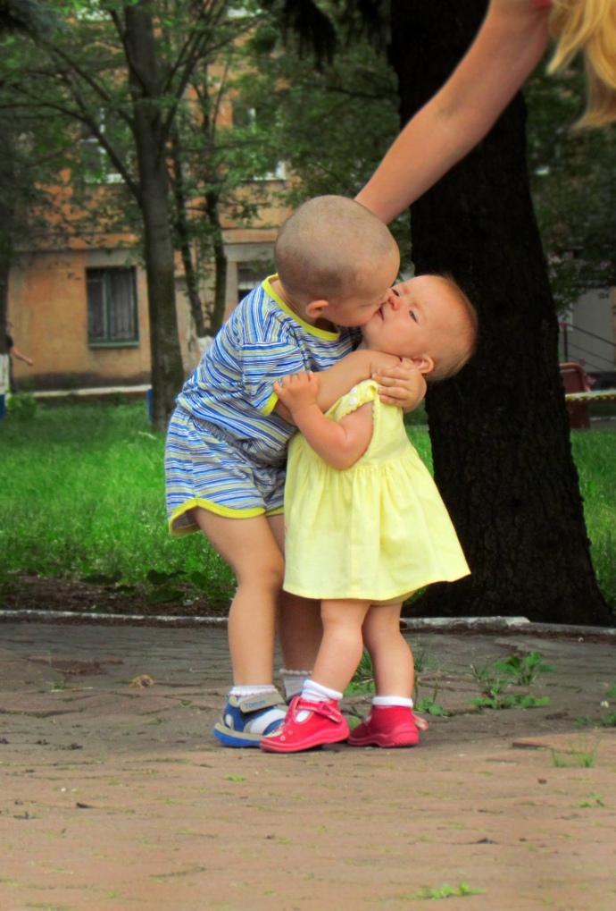 Рома и Кира. Поцелуй