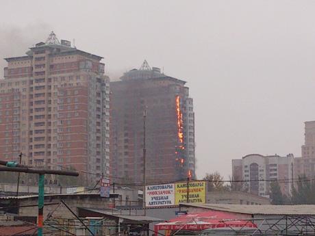 В Донбассе горит многоэтажка (видео)