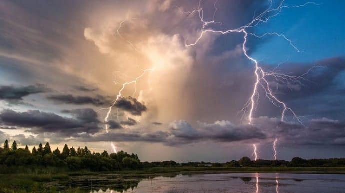 Сьогодні погода погіршиться в низці областей України: де будуть грози, шквали і град