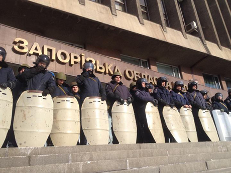 Здание окружено милицией со щитами, в полном обмундировании. Напряжение дикое. Фото Юрия Гудименко