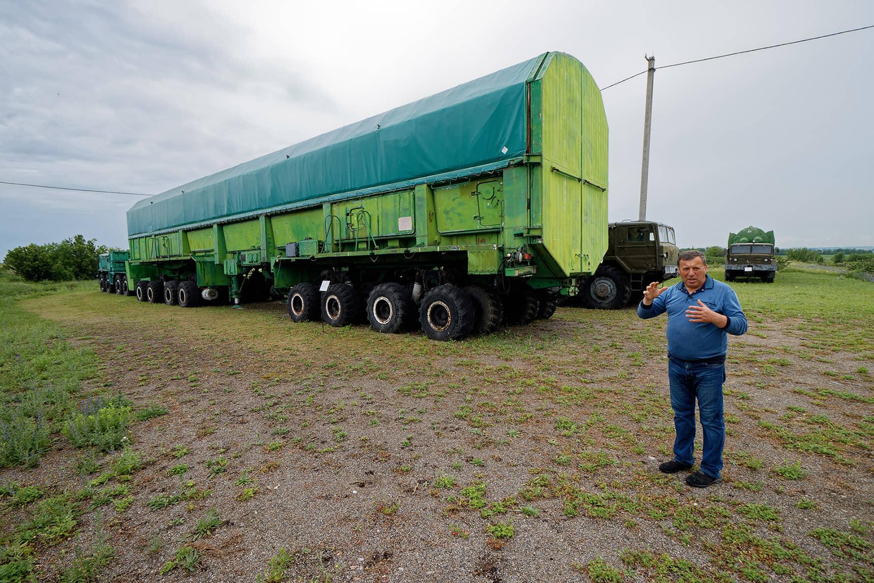 В таких тягачах перевозили ракеты. Уже в начале 60-х в МАЗах, которые производили для армии, была коробка-автомат