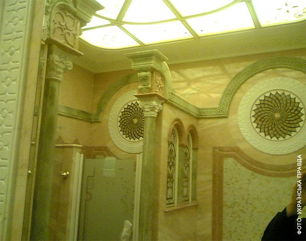 Во дворце Януковича есть рыцарский зал, кинотеатр и золотой иконостас   153b31c honka06