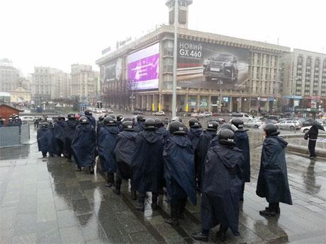 Правоохоронці, які вранці відтісняли людей на Майдані Незалежності