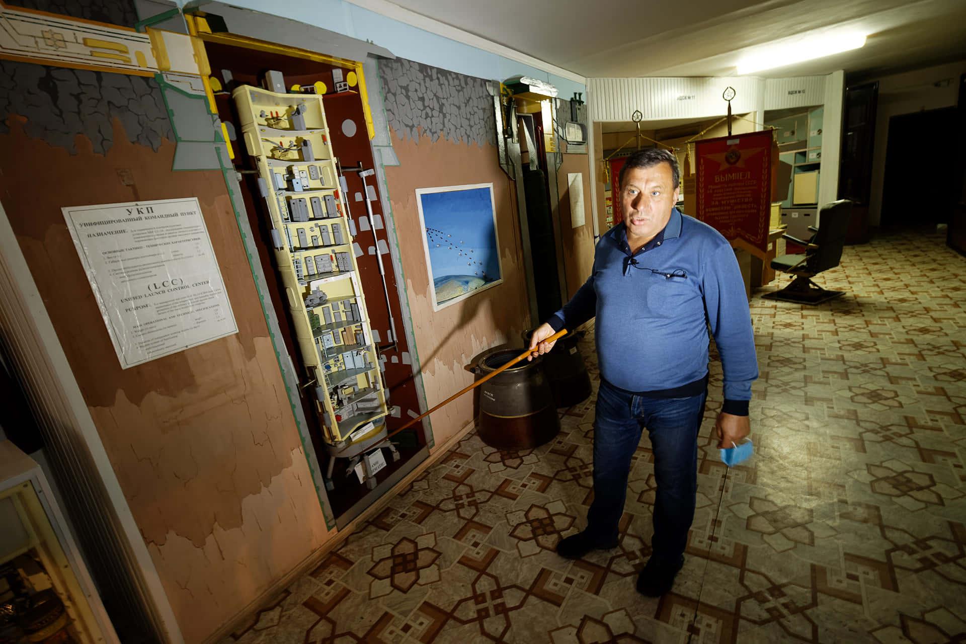 Владимир Солоненко показывает макет командного пункта в разрезе. 12 отсеков, напичканных оборудованием. В самом низу – жилая комната