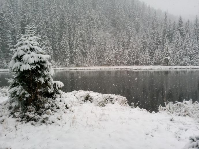 сніг випав і біля озера марічейка біля Чорногори