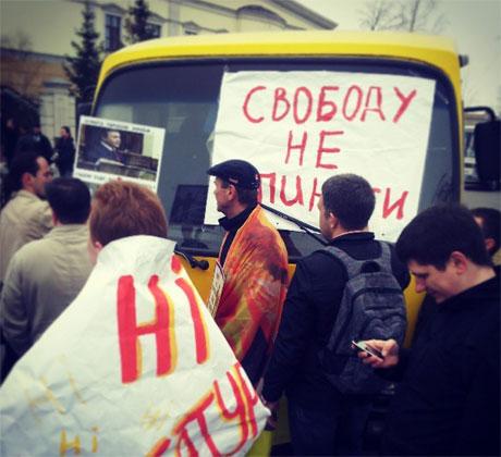 Активисты блокируют автобус с задержанными. Фото Баштового
