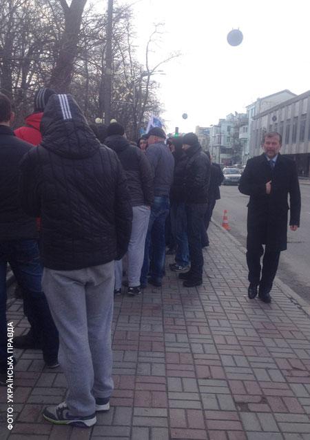 Балога йде до Верховної Ради крізь натовп молодиків. Фото УП