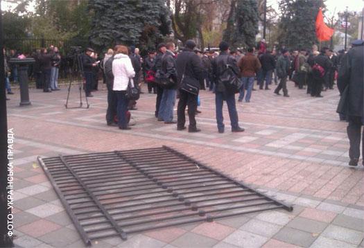 Чернобыльцы штурмовали парламент. Забора снова нет