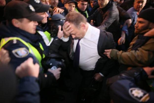 ea19ca095cb2bb Він пройсто вийшов з будівлі ВР і наразився на невдоволених  мітингувальників. Його рятував Саакашвілі.