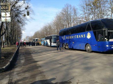 Автобуси з молодиками спортивної зовнішності