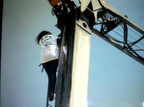 Чорновил на кране. Фото с Facebook Виталия Уманца