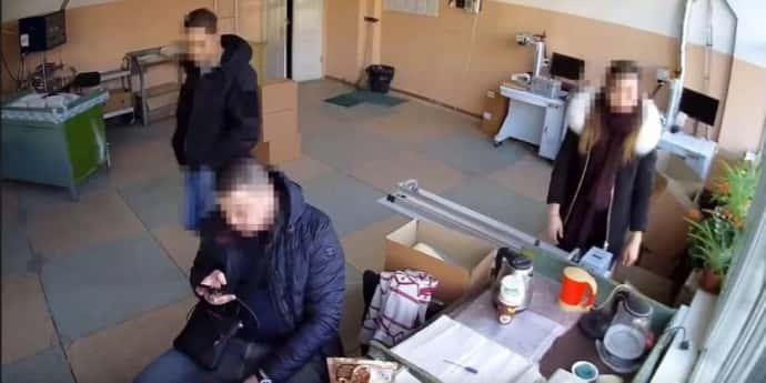 Поліцейські під час обшуку на одному з підприємств Одеси. Відео з камери спостереження потрапило в мережу.