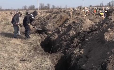 Риють численні могили для дніпрян