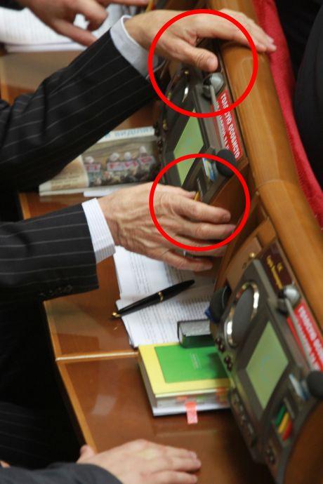 Кириленко голосує за колегу Павловського. Фото ПР