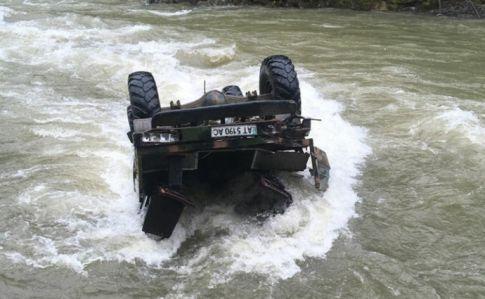 Вантажівка зірвалася з гори в річку на Закарпатті: п'ятеро лісорубів загинули - Цензор.НЕТ 1394