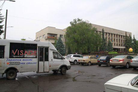 Один зі спецавтобусів очікує під мерією на чиновників для мітингу Партії регіонів