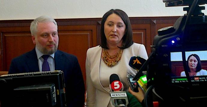 Новообраний голова Олександр НАЗК Мангул та Наталія Корчак на засіданні НАЗК 28 березня