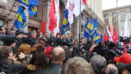Оппозиционеры прорвались через кордон милиции и металлические щиты, но дверь Киевсовета не поддается - Цензор.НЕТ 3643