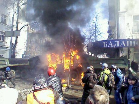 Активісти підпалили КамАЗ на Шовковичній