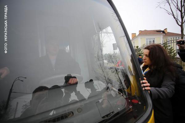 Оробец не пускает автомобиль, в котором находятся задержанные