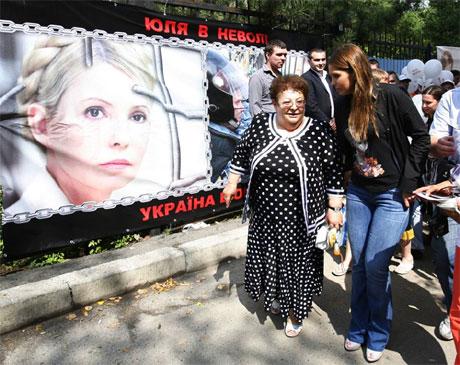 Ульяхина и Женя Тимошенко перед больницей. фото пресс-службы Батькивщины