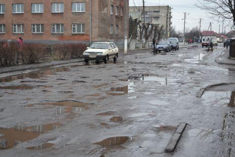 Рава-Русская во Львовской области, дороги после зимы разбиты