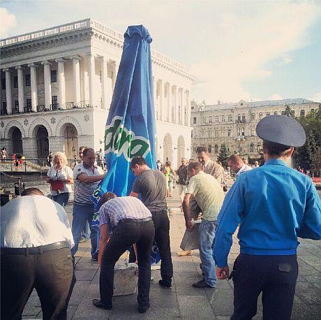 Громадська приймальня міліції на Майдані Незалежності. Фото Катерини Аврамчук.